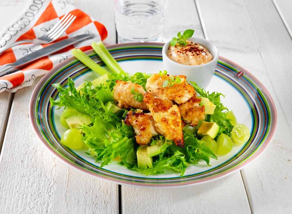 Sitruunaiset broilernugetit vihreällä salaattipedillä ja lempeän tulisella majoneesilla