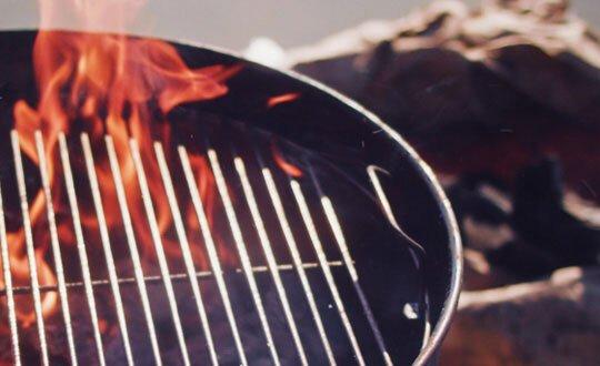 Perinteinen musta pallogrilli valmiina ruoan valmistukseen