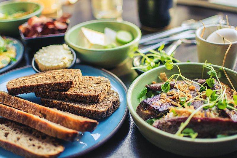 Leipää ja margariinia sinisellä lautasella ruokapöydässä