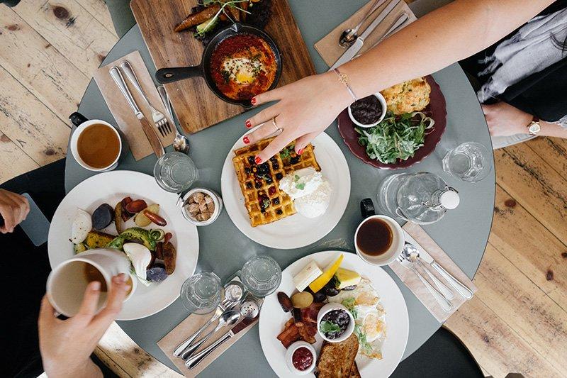 Herkullinen ja ravitseva aamiaspöytä
