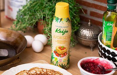 Keiju Juokseva rypsiöljyvalmiste keittiön tasolla paistinpannun ja lettulautasen kanssa
