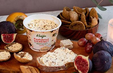 Ruissipsejä ja leipää, joiden päällä on Keiju Paahdetut siemenet rypsiöljy-kasvirasvalevitettä.