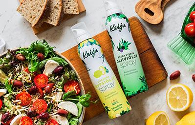 Keiju sitruuna rypsiöljyspray ja Keiju kylmäpuristettu extra virgin oliiviöljyspray, lisänä herkullista salaattia kulhossa