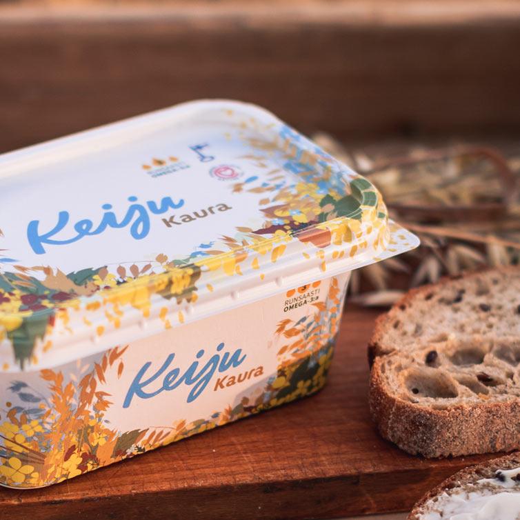 Keiju Kaura rypsiöljymargariini 60 ja leipää puisella leikkuulaudalla